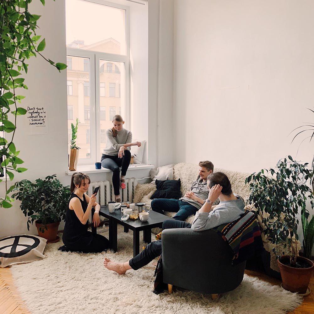 Freunde in einer Wohnung